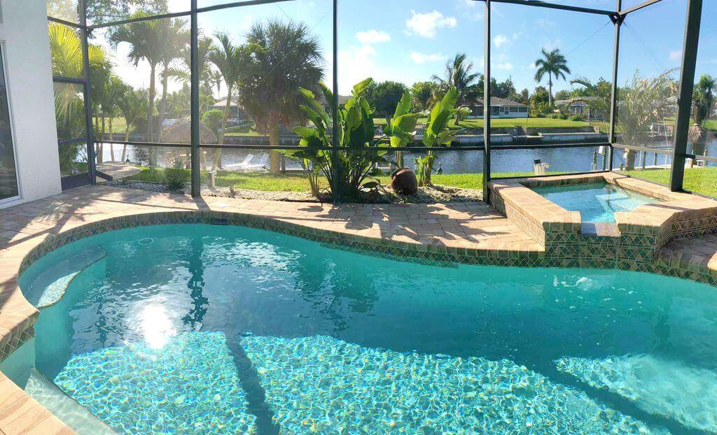 Rodinný dům na kanálu s bazénem v Cape Coral